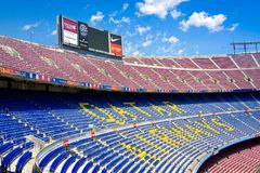Barcelone, Espagne - 13 juillet 2016 : Intérieur de Camp Nou de stade de football avec le champ et les supports d'herbe Le stade  Image libre de droits