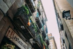 BARCELONE, ESPAGNE - 30 JUIN La rue principale par l'intermédiaire de Laietana est le nom d'une voie de communication importante  Images libres de droits