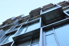 Barcelone, Espagne ; Le 2 novembre 2018 : Façade contemporaine de bâtiment d'architecture photos libres de droits