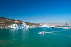 Barcelone, Espagne - 30 mars 2016 : bateaux GNV et lignes de Grimaldi dans le port maritime Déplacement par la mer Vacances d'été Photo stock