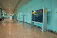 Barcelone, Espagne - 4 mars 2019 - conseil de départ montrant le temps, les villes de destination et l'information de porte image stock