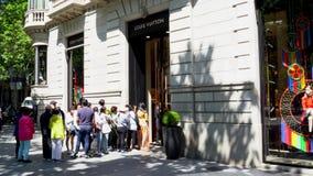 Barcelone, Espagne Mars 2018 : Les gens faisant la queue devant le magasin de Louis Vuitton banque de vidéos