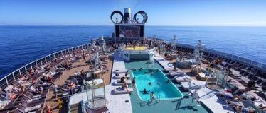 BARCELONE, ESPAGNE 6 NOVEMBRE 2018 : Une vue aérienne de bateau de croisière l'espace piscine avec des personnes en mer ouverte image stock
