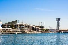 Barcelone, Espagne - 18 octobre 2014 : La vue du port de Barcelone avec le centre commercial de Maremagnum et le funiculaire domi Photos stock