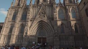 Barcelone, Espagne - septembre 2018 : La cathédrale de la croix et du saint saints Eulalia Panorama vertical de façade dedans banque de vidéos