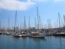 11 07 2016, Barcelone, Espagne : Yachts de luxe de voile dans le port maritime Images libres de droits