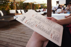 BARCELONE - 29 JUILLET 2016 : Le client tient le menu de barre de dessus de toit du ½ s de ¿ d'Isabela Hotelï de La, mi section Photos stock