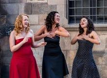 Barcelone, le 15 juillet 2007 Trois jeunes femmes chantant à Doo Wop un Ca photos stock