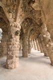 Barcelone : Les voûtes en pierre étonnantes au parc Guell, au parc célèbre et beau ont conçu par Antoni Gaudi Photographie stock