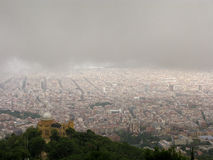Barcelone sous des nuages de pluie Images libres de droits
