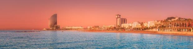 Barceloneta海滩在日出的巴塞罗那,西班牙 免版税库存图片