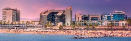 Barceloneta海滩在紫色日落的巴塞罗那 免版税库存照片