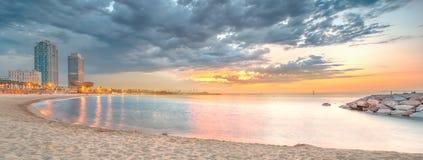 Barceloneta海滩在日出的巴塞罗那 库存图片