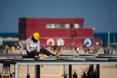 Barceloneta, Barcelona, Espanha, em março de 2016: trabalho do eletricista em um telhado Fotografia de Stock