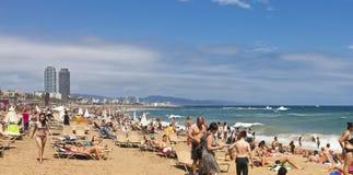 Barceloneta strand - en av de populäraste stränderna i staden av Barcelona - Spanien Arkivbilder