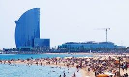 Barceloneta strand- och hotellVela i Barcelona, Spanien Arkivfoton