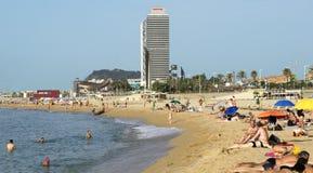 Barceloneta strand och skyskrapa Torre Mapfre Arkivfoto