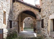 Barcena borgm?stare, Cabuerniga dal i Cantabria, Spanien royaltyfri bild