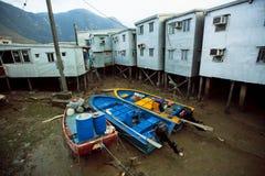 Barche abbandonate in fiume secco di vecchio villaggio Tai O dei pescatori con i blocchetti rustici del metallo fotografie stock