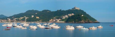Barche, acqua e spiaggia in città di Donostia Fotografia Stock Libera da Diritti
