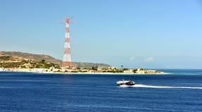 Barche ad alta velocità ed il pilone di elettricità a Torre Faro Fotografie Stock Libere da Diritti
