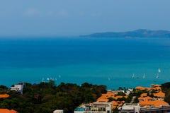 Barche al mare davanti all'isola del larn del KOH Fotografie Stock