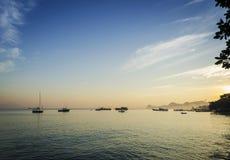 Barche al porto a Dili Timor Est al tramonto Immagini Stock Libere da Diritti