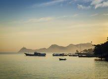 Barche al porto a Dili Timor Est al tramonto Fotografia Stock