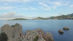 Barche al porto, vecchie costruzioni, mare adriatico di Milocher stock footage