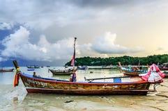 Barche all'ancora, spiaggia di Rawai, Phuket, Tailandia Immagini Stock Libere da Diritti