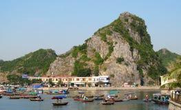 Barche alla baia di lunghezza dell'ha, vicino all'isola di Cat Ba, il Vietnam fotografia stock libera da diritti