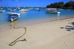 Barche alla grande-baie spiaggia in Mauritius immagine stock libera da diritti