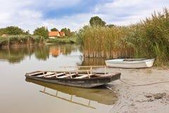 Barche alla riva del lago Fotografia Stock