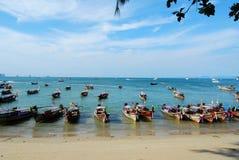 Barche alla spiaggia Tailandia di Ao Nang Immagine Stock