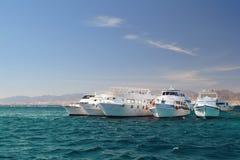 Barche ancorate sulla barriera corallina del Mar Rosso fotografie stock libere da diritti