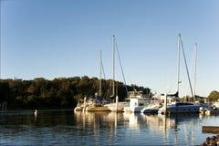 Barche ancorate un chiaro giorno Immagini Stock