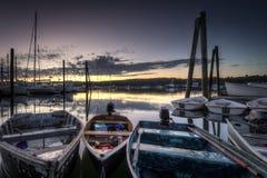 Barche attraccate ad alba fotografie stock