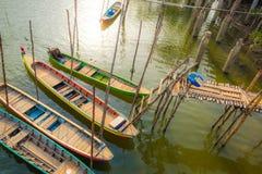 Barche attraccate al ponte di legno Fotografie Stock