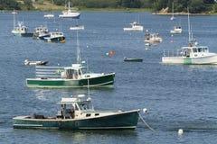 Barche attraccate dell'aragosta in una baia Fotografia Stock Libera da Diritti