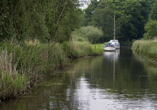 Barche attraccate in fiume immagine stock