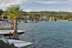Barche attraccate lungo il lungomare del villaggio di Velden, Austria Immagini Stock Libere da Diritti