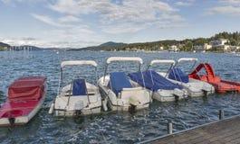 Barche attraccate lungo il lungomare del villaggio di Velden, Austria Fotografia Stock