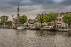 Barche attraccate nella città di Alkmaar L'Olanda olandese fotografia stock libera da diritti