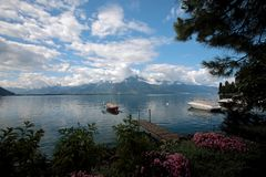 Barche attraccate sul lago Lemano in Svizzera Immagini Stock Libere da Diritti