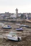 Barche a bassa marea in un porto Fotografie Stock