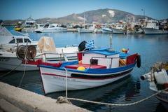 Barche bianche con la decorazione rossa e blu Fotografia Stock