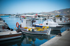 Barche bianche nel bacino fotografia stock libera da diritti