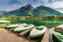Barche bianche sul lago Hintersee nelle alpi Fotografia Stock Libera da Diritti
