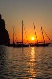 Barche a Cala Sa Calobra al tramonto Immagini Stock Libere da Diritti