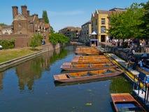 Barche, calcio sul fiume a Cambridge, Regno Unito Immagini Stock Libere da Diritti